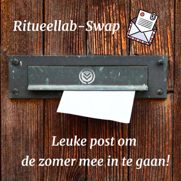 Een brievenbus in een houten deur waar een breif uitsteekt. In witte letters: Leuke post om de zomer mee in te gaan!